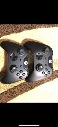 2 Xbox One controllers with rechargeable batteries and Charging dock Toronto, M5B 1C9