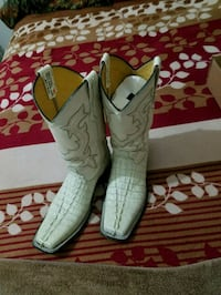 pair of gray leather boots Weslaco, 78599