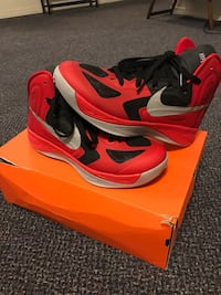 Pair of red-black-and-white Nike basketball shoes with box 莫斯科, 83843