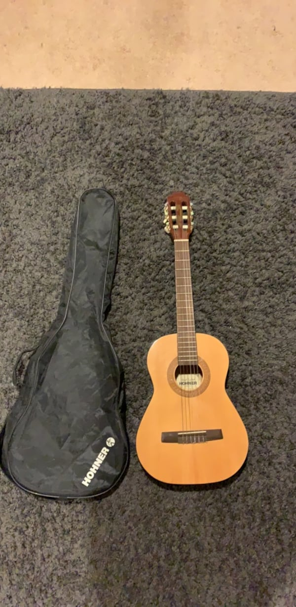 Hohner acoustic guitar with case, in great condition fb0b289f-b640-48ef-aa60-ea4ffc19d483