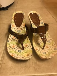 pair of white-and-green floral sandals Tacoma, 98422