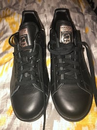 Pair of black leather low-top sneakers Charlotte, 28269