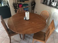 Nice oak dining table + 4 chairs - extends to fit more people Tucson, 85715