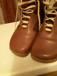 pair of brown leather heeled shoes 777 km