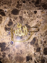 gold-colored chain necklace 590 km
