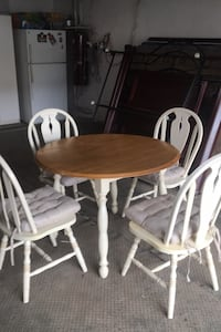 Solid wood kitchen table folding sides. Includes 4 solid wood chairs Montréal, H1P 1S2