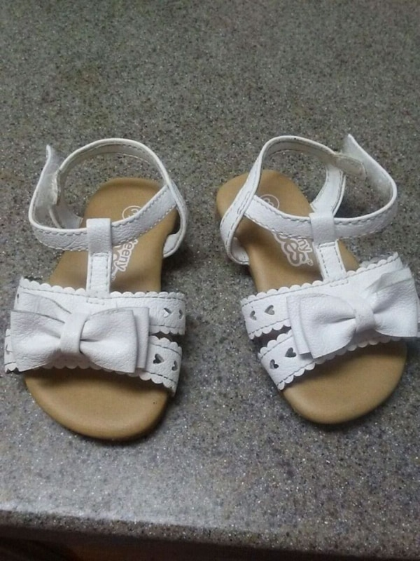 toddler's pair of white leather sandals f7ab56b6-8a9b-4849-934b-45c46000cb8f