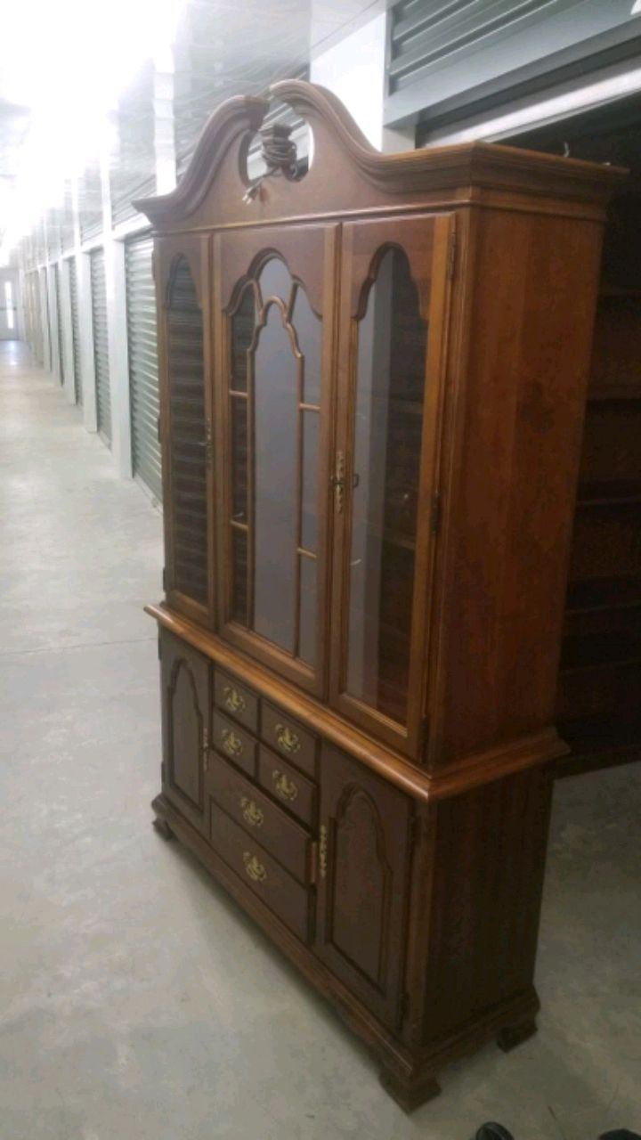 STANLEY FURNITURE Queen Anne China Cabinet