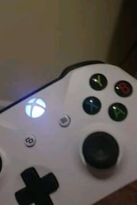 Xbox one 500gb, 2 controllers, white controller is Blackstone, 01504