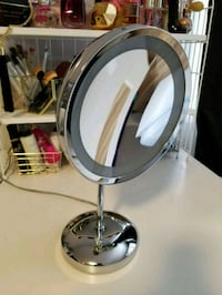 Magnifying mirror with 2 light settings  Calgary, T3J 1K5