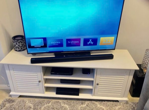 White TV stand fef31ece-7911-42ee-907c-3aba70370283