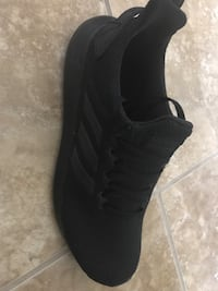 Pair of black low-top sneakers Pasco, 99301