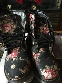 black-and-pink floral leather boots Dundas, L9H 5M3