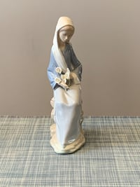 "Rare Lladro figurine ""sitting girl with lilies"" - some flowers missing Burlington, L7L 5B9"