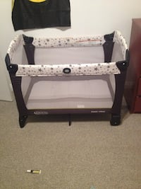Baby's black and white graco pack n play Calder, S0A