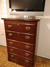 Like new chest dresser in great condition, all dra 20 mi