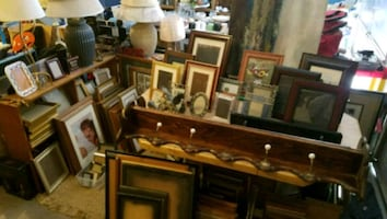 photo frames, lamps, decorator items
