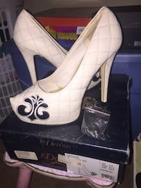 Pair of white leather peep-toe heeled shoes Dereon size  [PHONE NUMBER HIDDEN] 7 Little Rock, 72212