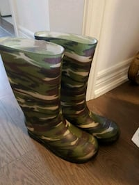 Almost new boys rainboots sz2 (for 6-7yrs old). Brampton, L7A4V2