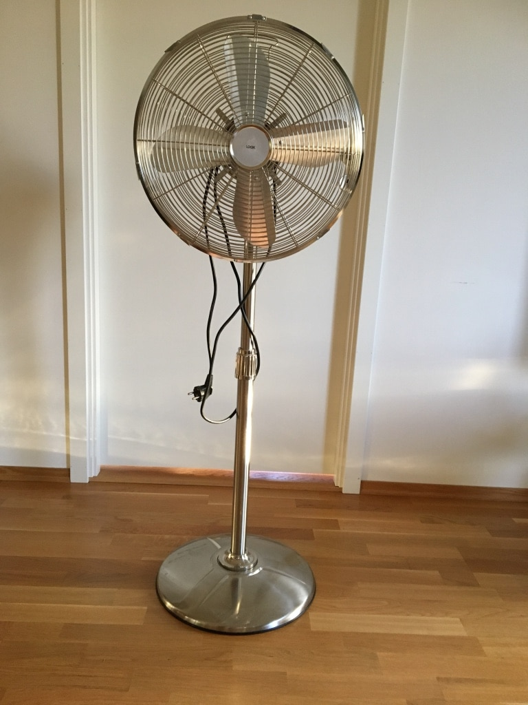 Grå metall fire blad pedestal fan
