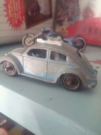 gray and blue Volkswagen Beetle diecast model