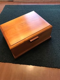 Vintage maple jewelry box in like new. In like new condition   Conway, 29526