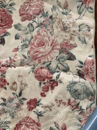 Floral table runner & (4) matching cloth napkins Camden Wyoming, 19934