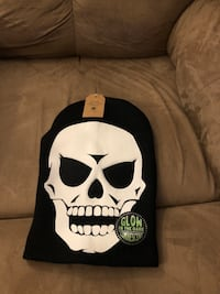 Winter hat with glow in the dark skull