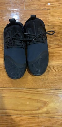 pair of black low top sneakers New York, 11433