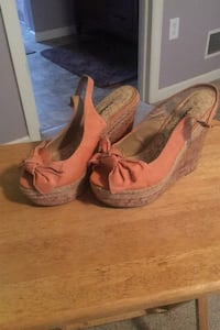 Peach colored bow tie wedges, size 7
