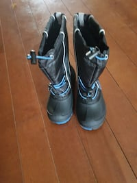 pair of black-and-blue kids winter boots