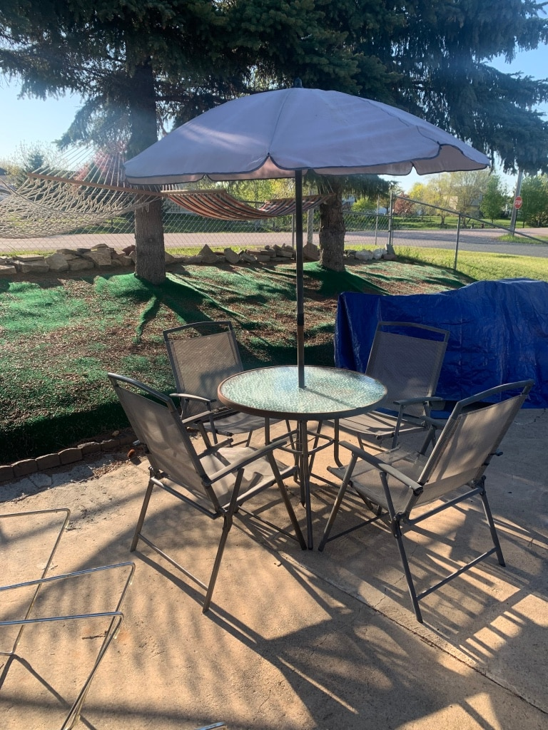 Photo Patio table with 4 chairs and umbrella not in perfect condition