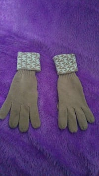 pair of grey knit gloves District Heights, 20747
