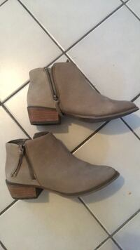 Suede taupe booties size 7 Toronto, M6H 2X3