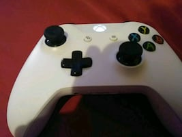Xbox one controller comes with battery pack