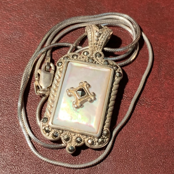 Antique Sterling Silver Mother of Pearl Pendant & Sterling Rope Chain 36a2fc0b-fffc-46bf-b1ff-218063678648