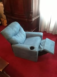 Little  recliner couch and it comes with the cuph