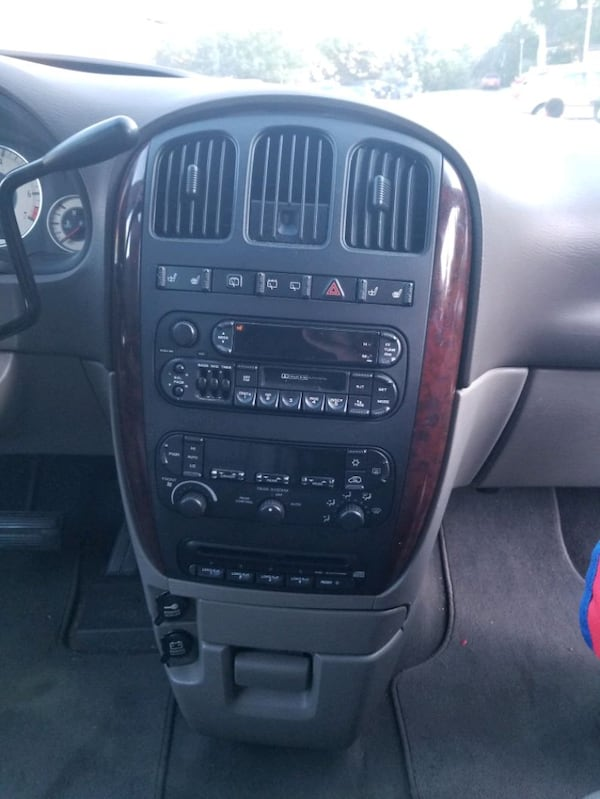 2001 Chrysler Town & Country 1