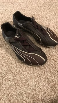 pair of black-and-gray Nike sneakers 17 km