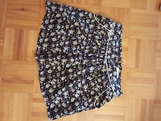 Flowered Navy skirt with pockets. Size S (4-6).