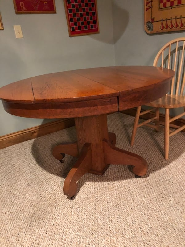 Solid Oak Pedestal Table and 4 chairs 01641142-22b3-4f5a-b1e2-3f8aca9ee8e8
