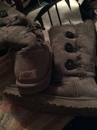 Pair of gray UGG bailey button sheepskin boots Nottingham, 21236