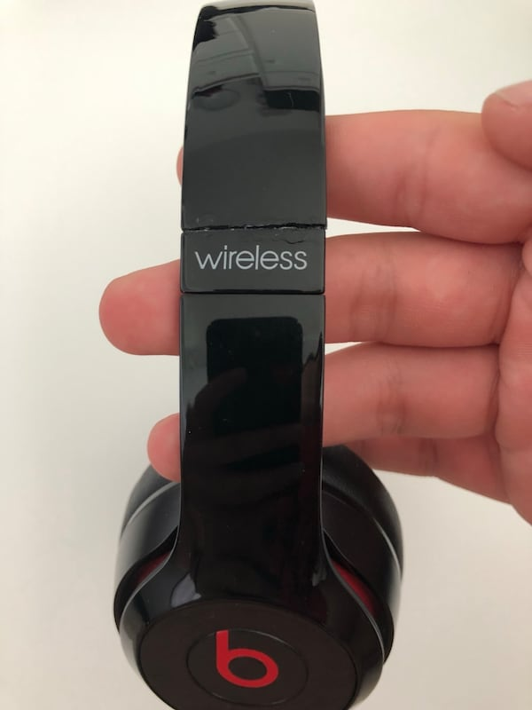 Black and red beats solo 2 wireless.little separation on the side, 50b09ec5-7c37-4ebf-98b5-682af62bb7ee