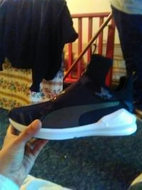 unpaired black and white low-top sneaker