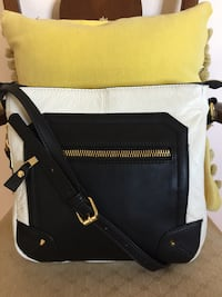 Envy Crossbody bag zipper white &black lots of storage.