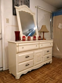 Nice white dresser with mirror and drawers in good condition all drawe West Springfield, 22152