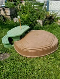 Childs sand box with lid and attached table  Thunder Bay, P7C 2E8