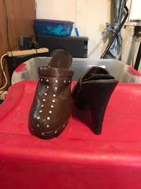 Pair of brown leather clogs size 8 Goshen, 45122