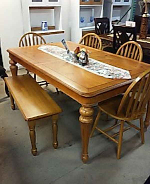 Brukt Light Wooden Table With 4 Chairs And A Bench Til Salgs I Philadelphia