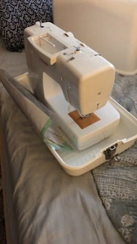 Singer Sewing Machine brand new with carrying case ! 41 km